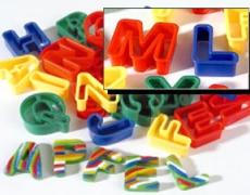 Buchstaben-Ausstecher zum bildhaften Schreiben